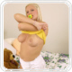 Blondine in Windeln